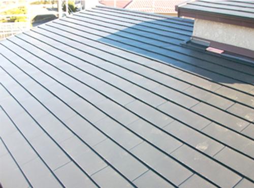 汚れの目立たないシンプルな屋根になりました。塗装し直したことで雨漏りの心配もありません。