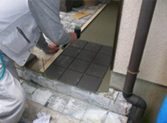 モルタルを鏝(こて)で押さえたら、隙間なく均一にタイルを置いていきます。 手作業の職人の技が光ります。