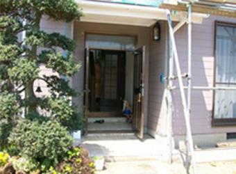 玄関付近をていねいに塗装していきます。