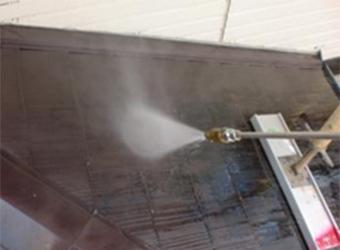 屋根の高圧洗浄の様子です。