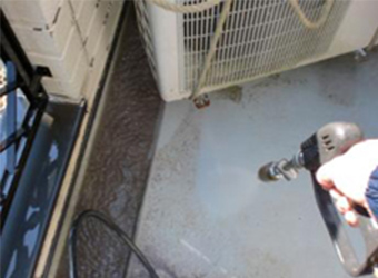 バルコニーを高圧洗浄指定ですます。長年の汚れが一気に落ちていきます。
