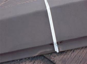 屋根の板金、つなぎ目にコーキングを充填し終わった様子です。