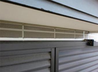 窓周りは古いコーキングの撤去が難しい部分なので、そのような場合は増し打ちをします。