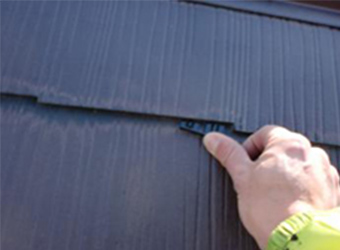 雨漏り防止用縁切り材のタスペーサーの挿入をしている様子です。
