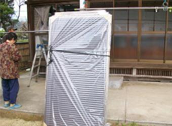 雨戸のすべりを良くするために、アルミの平板を敷いています。 今回は深さがあったため、厚さ3㎜のものを使用しています。