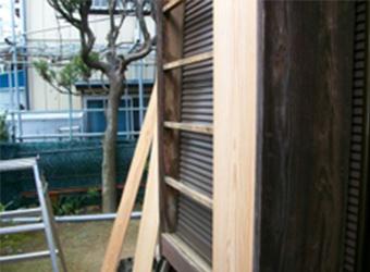 戸袋の鏡板が劣化してしまい、すきま風が吹き込んでしまっていました。いままでの木材を撤去して新たな板を張っています。