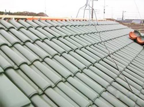 施工後の屋根です。今回は軽量化も考慮に入れて、陶器瓦に葺き替えることになりました。もう雨漏りの心配はありません。