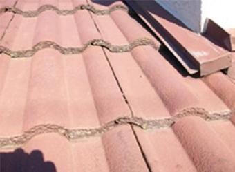 水切り部分をふさいでしまった屋根瓦は補修がしづらいセメント瓦でした。
