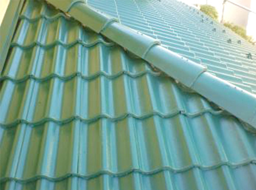 汚れが目立っていた屋根は、生まれ変わったような鮮やかな色合になりました。