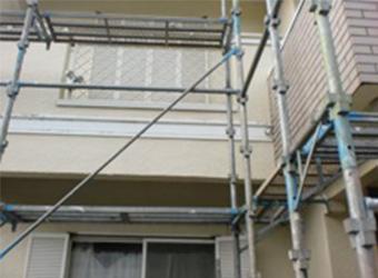 いきなり屋根塗装をするわけではなく、まずは建物全体足場を組み、施工の準備をしていきます。