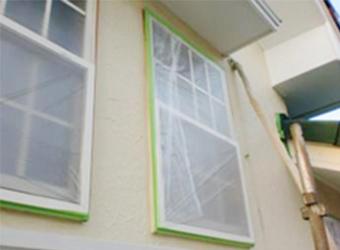 窓が汚れないように養生しました。
