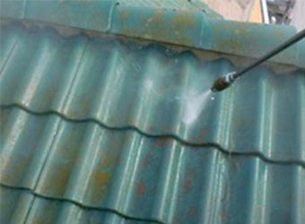 高圧洗浄で汚れをしっかりと落とします。古い塗料が残っていると、新築のように塗装をしてもすぐに剥がれてしまうからです。