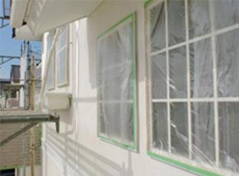下塗りが仕上がった様子です。これだけでも、施工前と雰囲気が変わりました。