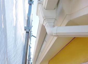 上塗りが終わり、樋など細部の塗装も完了した様子です。