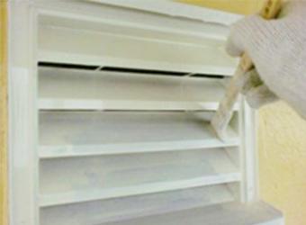 ローラーで塗りにくい部分は、刷毛やスプレーなどそれぞれの部分に合った方法で塗装していきます。