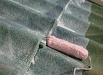 次に屋根の塗装を行います。