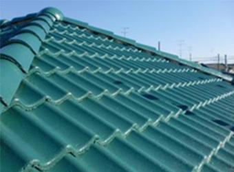 屋根材が重なりあった部分には、縁切り部材(タスペーサー)を使用する事で漏水を防ぎました。