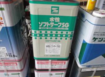 今回使用した塗料は「水性ソフトサーフSG」です。防水性が高く、塗布することで雨風に強い家になります。