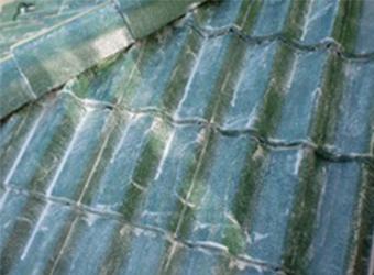 高圧洗浄を行って汚れの落ちた屋根には、まず耐久性を上げるために、下塗りを行います。