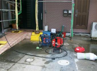 まずは高圧洗浄です。長年の汚れを落とし、きれいに塗料がのるようにします。