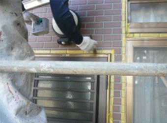 ドアや窓サッシまわりにプライマー塗布後、新たなコーキングを増し打ちしています。