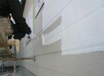 外壁部分に下塗り塗装の様子です。エスケー化研の水性ミラクシーラーエコを使用しています。