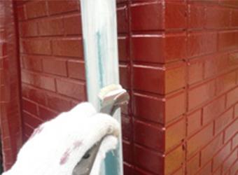 雨樋の下塗り塗装の様子です。日本ペイントのパーフェクトプライマーを使用しています。