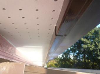 サンルーム上の軒天部分の塗装が完了した様子です。手が入りづらく大変でした。