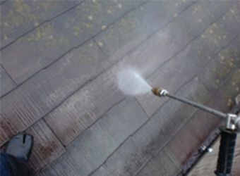 高圧洗浄で屋根の汚れを落としている様子です。高圧洗浄することで、汚れやコケが流れ落ちます。