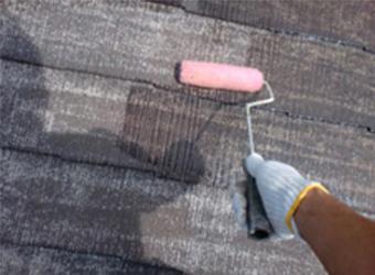 屋根にはまず下塗り塗装を行いました。中塗り・上塗り塗装で塗布する塗料の密着性や、耐久性を上げる効果があります。