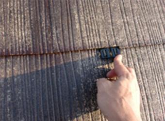 屋根材の間に、塗料が入って漏水したしまう減少を防ぐ、縁切り部材(タスペーサー)をしている様子です。