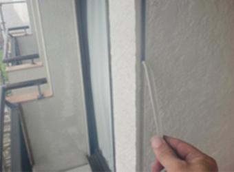 外壁の表面を傷つけないように、きれいに剥がしました。