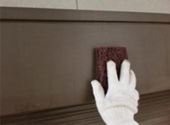シャッター上部にケレンをしている様子です。細かな汚れを取り除き、塗装しやすい状態にします。
