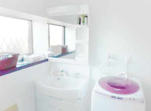 以前は洗面化粧台と洗濯機が向かい合わせについており、同時に使用する場合にはお尻がぶつかる設計でしたが、このように並べて配置することにより、ぐんと使いやすくなりました。