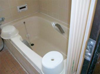 浴槽が大きく、洗い場がせまい浴室でした。