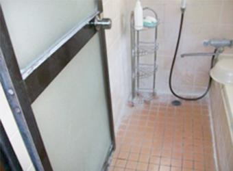 洗面所との段差が大きく、震災の影響で、ところどころタイルも割れてしまっています。