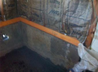 古い浴室を解体した後の様子です。基礎の上の土台がすべて腐ってしまっており、悲惨な状態でした。土台はすべて新しいものに交換して次の作業に移っていきます。