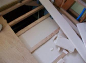 洗面所の床もすべて解体しました。新しく床組も作成し、発泡系の床断熱材を敷き込みました。