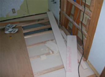新しい床下地の上に、洗面所等の水まわりに強い、サニタリーフロアーを施工しました。