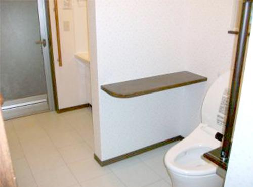 トイレ・洗面所をひとつの空間とすることにより、廊下という無駄な部分を省きました。狭くて窮屈だったトイレが充分な広さになりました。