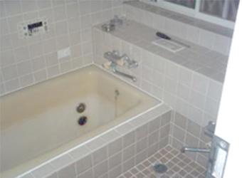 冬は震え上がるほど寒いタイル張りの浴室でした。浴槽も深いので出入りも大変でした。