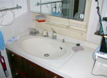 ボウルの縁の部分に水がたまってしまう洗面化粧台でした。