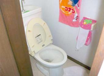リフォームをするきっかけとなった、狭いトイレです。このまま広くすることは間取り上不可能なので、今後のことも考え、トイレ・洗面所・浴室をひとつの空間として利用する方法をご提案しました。
