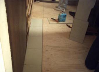 新しい床下地の上に、洗面所等の水まわりに強い、サニタリーフロアーを施工しました。トイレ・洗面所がひとつの空間になるため同じ物で施工しました。