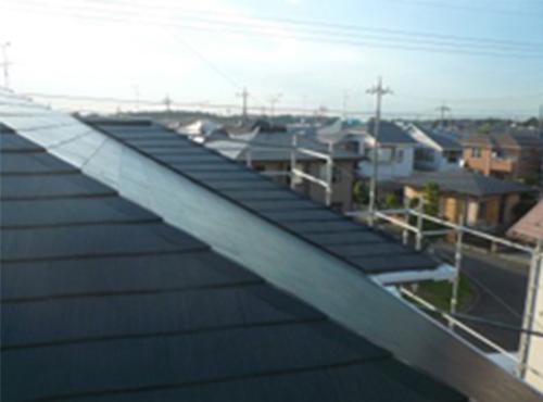 施工後の屋根の様子です。遮熱塗料のブラックは、通常塗料のような真っ黒な塗料とは違います。