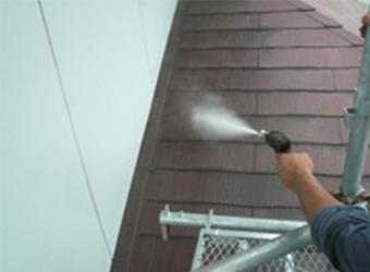高圧洗浄の様子です。長年の汚れを落とし、新たな塗装がきれいに仕上がるようにします。
