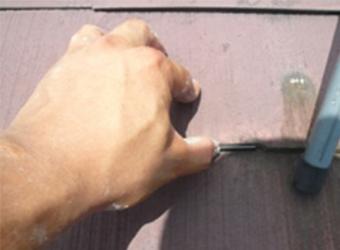 雨漏り防止用の屋根縁切り材、タスぺーサーを挿入している様子です。これを入れておかないと、雨漏りを誘発する原因になります。