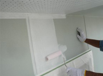外壁の下塗り塗装の様子です。外壁がサイディングだったので、エスケー化研の水性ミラクシーラーエコというシーラーを使用しました。