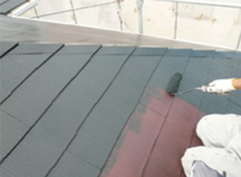 屋根の中塗り塗装の様子です。A様にお選びいただいた、アトミクスの遮熱マイルドワンの遮熱ブラックを使用しています。