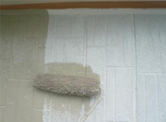 は1階部分のサイディングの中塗り塗装の様子です。2階のフラットサイディングと異なり、若干の模様がありおしゃれですね。